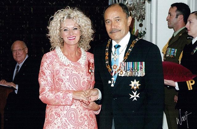トレリス・クーパーさんはニュージーランド・メリット勲章を授与され、デイムの称号を持ちます。